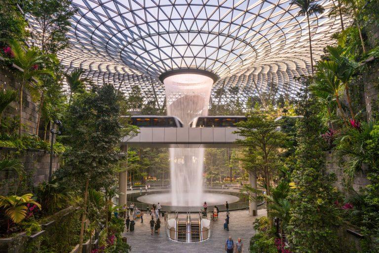 Biophilic Design slaat de brug tussen (interieur)design, natuur en welzijn. Het haalt de natuur terug in onze stad en telt vele voordelen.